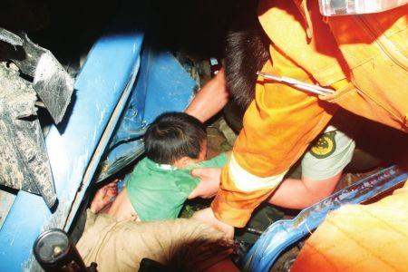 6月19日晚,消防队员救出被困男孩。