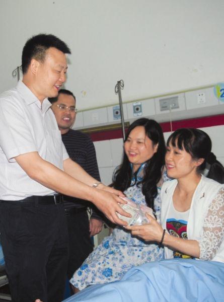 康老师(右)接受爱心捐款。