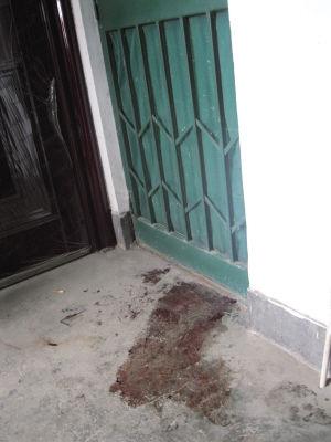 女婴家门口仍留有血迹记者徐杰摄
