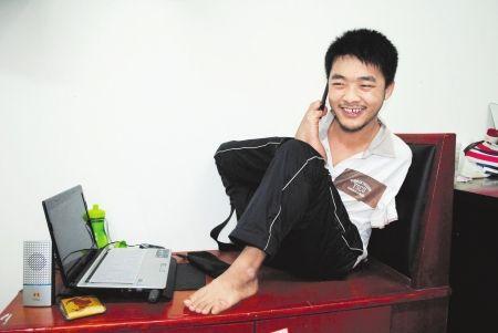 黄金彬打电话向亲友报告好消息。