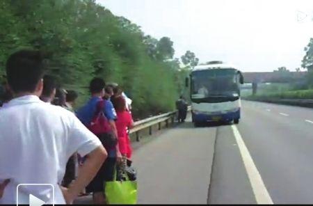 包茂高速大竹段,乘客到高速路上搭乘班车。