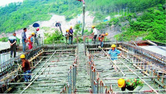 巴陕高速施工现场,建设者们正在浇筑箱梁底板腹板。