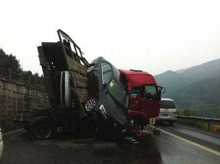 京昆高速(绵广)金子山段发生交通事故的现场。