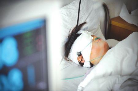 6月29日,受伤的邓女士躺在省医院病床上接受治疗