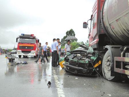 """6月30日,车祸现场,罐车车头""""骑""""在出租车上。"""