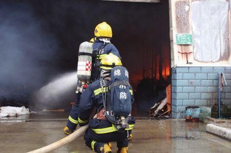 6月30日,绵阳消防扑灭仓库大火。
