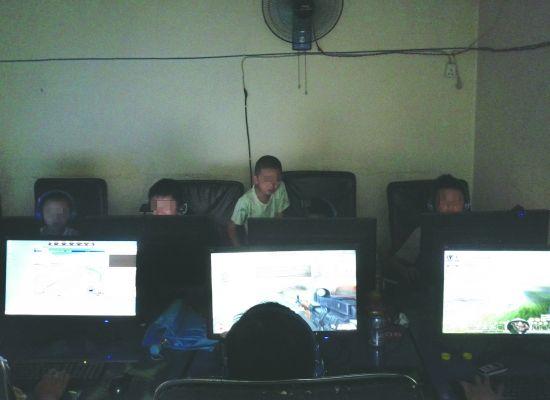 一家黑网吧里,很多未成年人上网打游戏  摄影记者 钟劼霓
