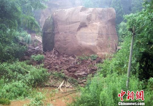 大雨致山体滑坡落下上百吨巨石致1人死亡。吕文生 摄