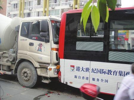 7月3日,九里堤中路,车祸现场。(图由公交公司提供)