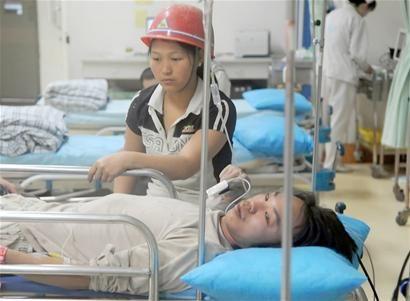 成都一男子10米高空落下砸中工友 两人均受皮外伤
