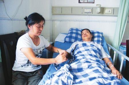 """7月4日,姐姐为""""泸州最美司机""""罗康平按摩失去知觉的右手"""