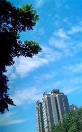 成都昨迎入夏最高温33℃ 水晶般蓝天通透度达15公里