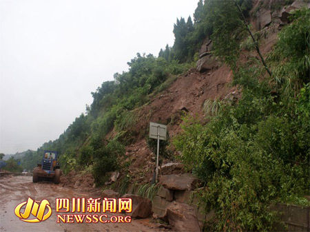 南充突降罕见暴雨致多处滑坡 巨石悬挂空中(图)