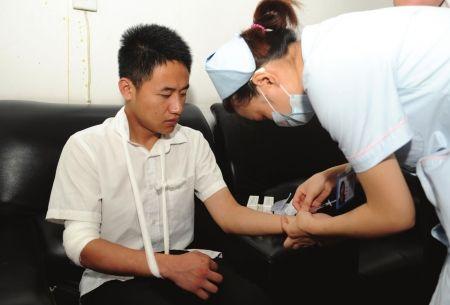 保安徐荣建赤手挡刀时,右手臂受伤。