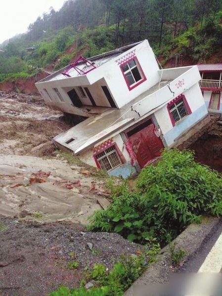 7月12日,凉山州木里县暴发泥石流,一民房被冲毁。