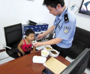 机场派出所民警在喂小姑娘吃饭