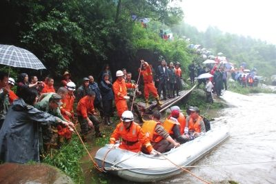 7月15日,救援正在雅安市雨城区晏场镇高叠洞紧张地进行。