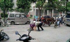 网曝成都两城管当街殴打妇女