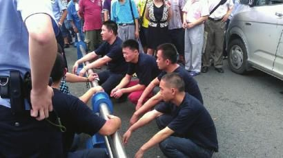 交警将人控制住。警方供图