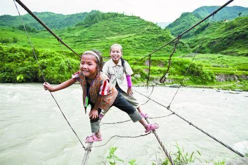 四川凉山深处小学生走铁索桥上下学(图)
