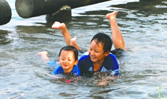 孩子们在水里玩耍