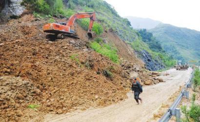 7月2日晚,汉源境内普降大雨,造成雅西高速中断。