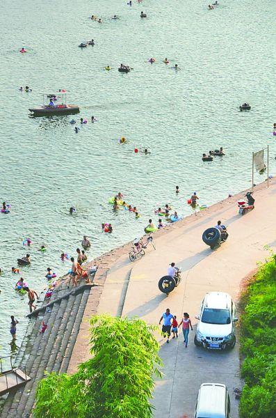 翠湖码头边 络绎不绝的游泳者