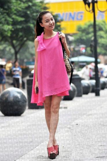 色彩搭配:粉红色系裙子