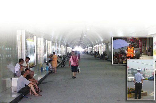 图1:自贡市民在防空洞避暑。 图2:烈日下的环卫工。 图3:烈日下执勤的交警。