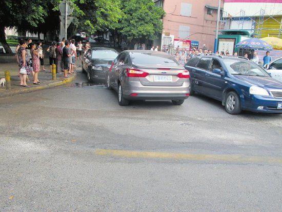 相撞后的两车停在路边。(交警供图)