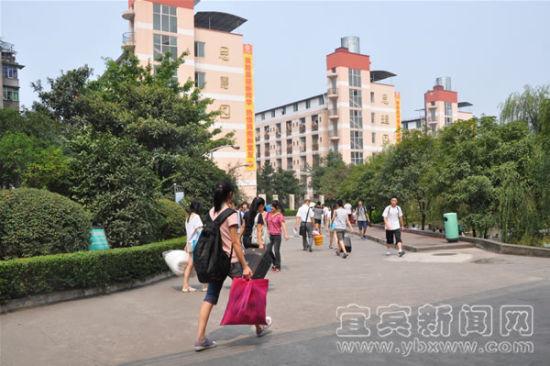 资料图片:新生入学(记者 胡洁 摄)