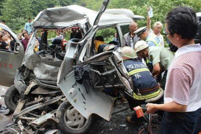 8月29日,被撞面包车面目全非,救援人员正救助伤者。