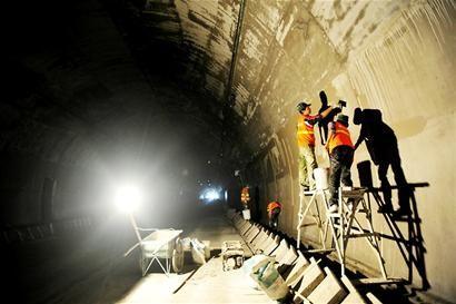"""映汶高速最长福堂隧道岩爆强度大 工人一米一米""""抠""""出来"""