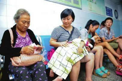 9月1日,四川消防总队医院。谢才彬的外婆收到许多好心人送来的捐款。