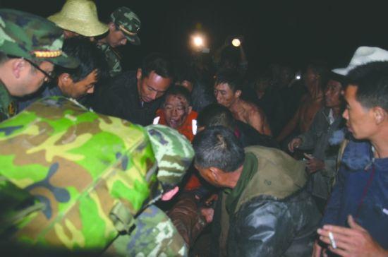 冕宁县泸沽镇,群众争抬受伤武警 凉山州公安局供图