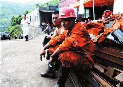 四川省达州市达竹煤电救护队队员结束逾13小时搜救工作,返回地面休息。新华社发