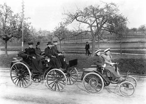 卡尔本茨和他的家人驾车旅行