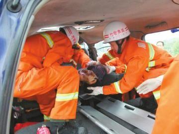 9月9日,成乐高速眉山段车祸救援现场。