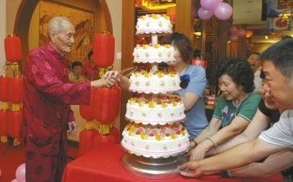 成都99岁老人过生日 念自创诗打太极拳(图)