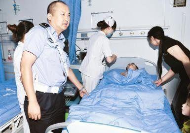 9月10日,成都交警(微博)五分局民警张茂用警车把喝了农药的小松送到医院抢救。