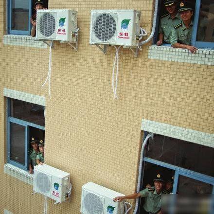 近日,四川大学为江安校区的学生宿舍安装空调。(图片由四川大学提供)