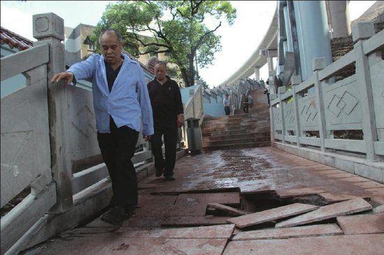 市民小心翼翼从损毁路段通过。
