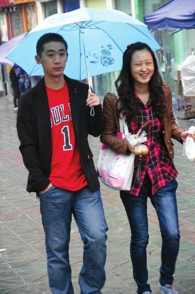 自贡市民雨中漫步。