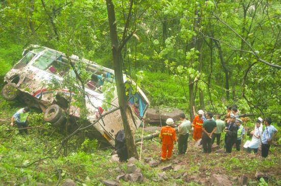 客车悬在半山腰