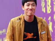 刘翔拄拐亮相母校六十华诞庆典穿飞人体恤
