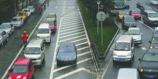 9月24日,成都市三环路苏坡立交附近,三环路辅道和主道交叉路口设立电子眼抓拍违章进入合并车道的车辆。 图据成都商报