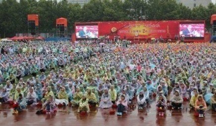 西安外事学院20周年庆典上的图片-图据微博