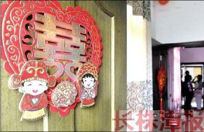 """10月4日,唐攀的新房的墙壁上还贴着喜庆的""""红双喜""""。记者 陈杰 摄"""