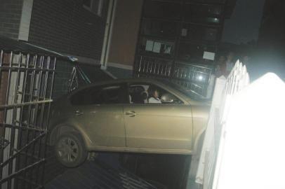 """""""黄师傅""""开车,误把油门当刹车。"""