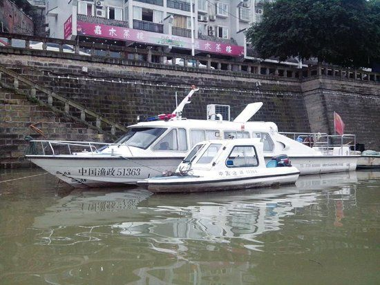 甜城湖上的渔政船只。